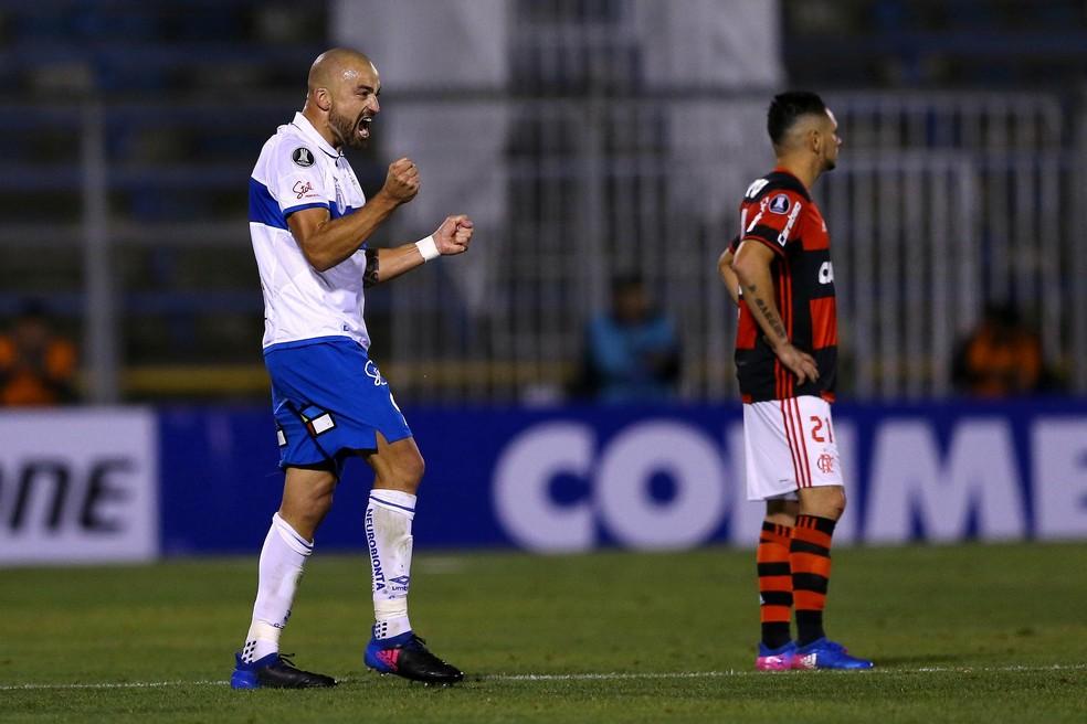Santiago Silva marcou o gol do Católica diante do Flamengo no Chile  (Foto: REUTERS/Ivan Alvarado)