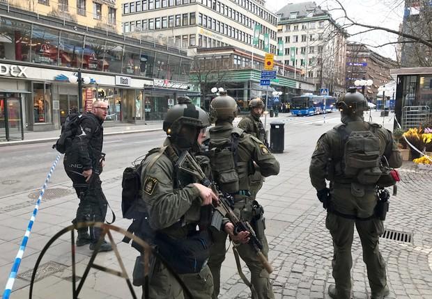 Policiais suecos patrulham ruas do centro de Estocolmo nesta sexta-feira (07/04) (Foto: Daniel Dikson/Reuters)