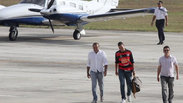 Warley chega em Campina Grande ao lado do presidente do Campinense (Foto: Leonardo Silva/ Jornal da Paraíba)