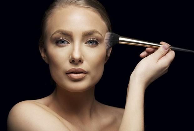 Bronze de verão! Maquiador das famosas ensina a escolher o tom de pó bronzeador ideal para cada cor de pele