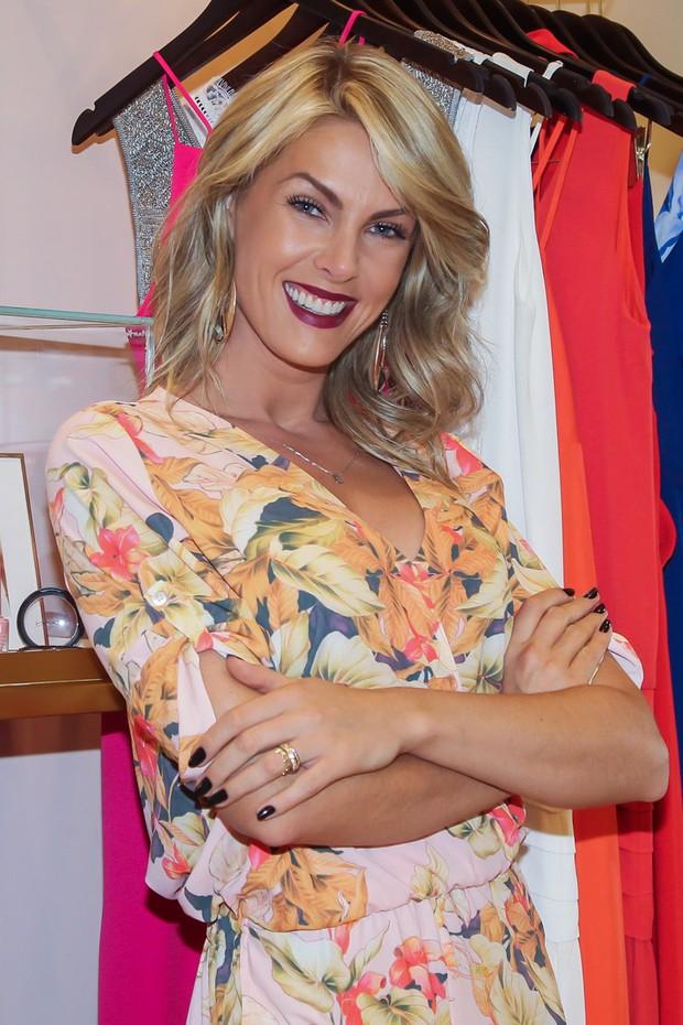 EGO - Ana Hickmann usa macaquinho floral e deixa pernas à mostra em ... a1dae893ec