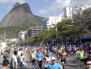 Corredores na praia do Leblon - Meia Maratona Internacional do Rio de Janeiro 2012 (Foto: Sérgio Shibuya/MBraga Comunicação)