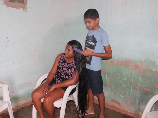 Filho é quem ainda ajuda a mãe a cuidar do cabelos (Foto: Juliana Barros/G1)