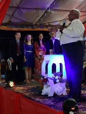 Stefhany Absoluta e Roberto Cardoso durante a celebração do noivado (Foto: Reprodução/Facebook)