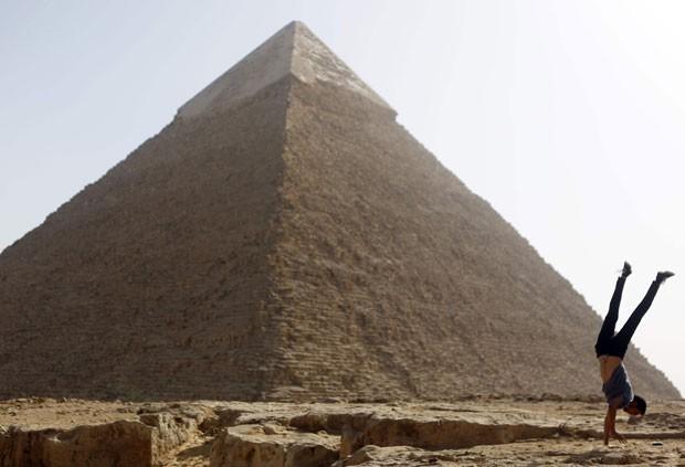 Praticante de parkour em frente a pirâmide egípcia (Foto: Amr Abdallah Dalsh/Reuters)