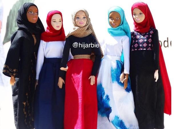 Bonecas se vestem de acordo com as tradições muçulmanas (Foto: Reprodução/Instagram)