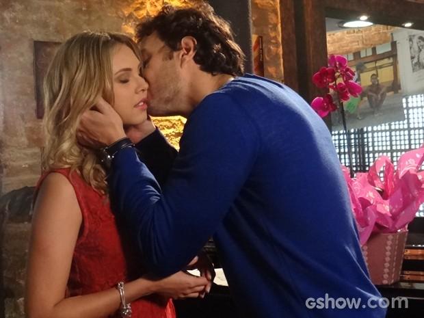 Laerte dá um beijo demorada em Lívia (Foto: Em Família / TV Globo)