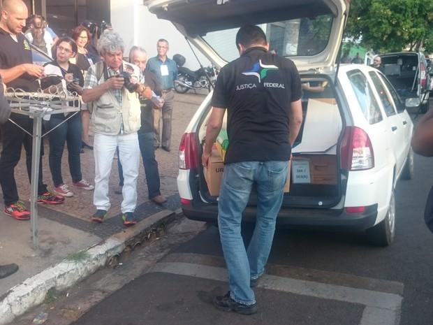 Primeira urna a chegar no 23º cartório eleitoral foi do Colégio Dinâmico, na Vila Falcão (Foto: Renata Marconi/G1)
