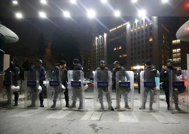 Policiais fazem barreira em frente ao Palácio da Justiça, em Istambul (Foto: Osman Orsal/Reuters)