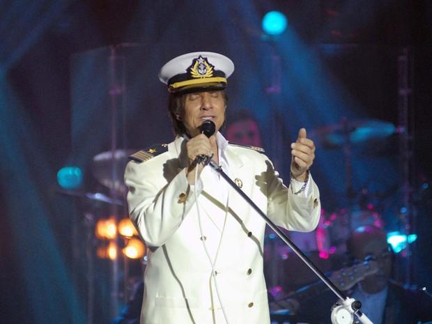 Caracterizado como comandante, o cantor Roberto Carlos se apresenta no navio italiano Costa Sirena na noite de segunda-feira (14), no Rio (Foto: Alexandre Durão/G1)