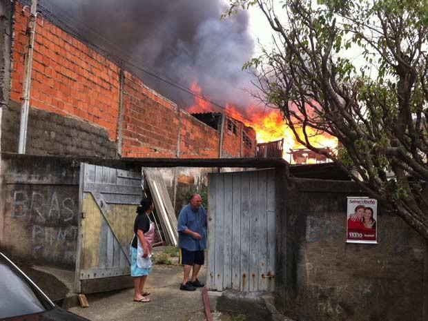 Bombeiros passam por terreno vizinho à favela (Foto: Paulo Toledo Piza/G1)
