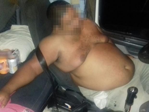 Caminhoneiro bêbado é preso em veículo com carga de ácido sulfúrico, em Santa Tereza de Goiás (Foto: Divulgação/ PRF)