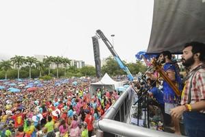 Mau tempo e calor não desanimam multidão no Sargento Pimenta (Marcelo Fonseca/ G1)