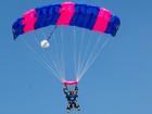 Mayra Cardi pede noivo em casamento em pleno ar em salto de paraquedas