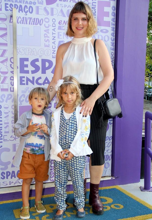 Carolinie Figueiredo e os filhos Theo e Bruna Luz (Foto: AgNews)