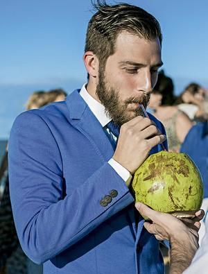 O noivo, de azul, hidratando-se com água de coco (Foto: João Viegas/Editora Globo)