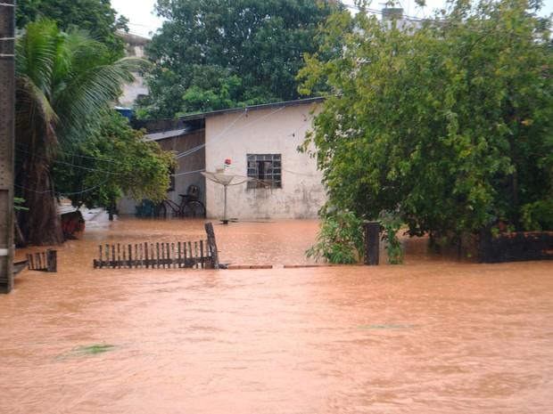 Segundo Bombeiros, 40 famílias foram retiradas das casas após chuva (Foto: Pâmela Fernandes/ G1)