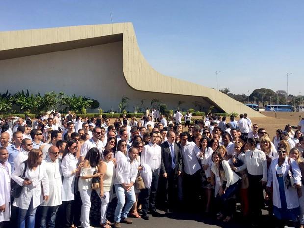 O Ministro da Saúde, Ricardo Barros, posa com médicos brasileiros e cubanos participantes do programa Mais Médicos nesta sexta (22)   (Foto: Alexandre Bastos/G1)