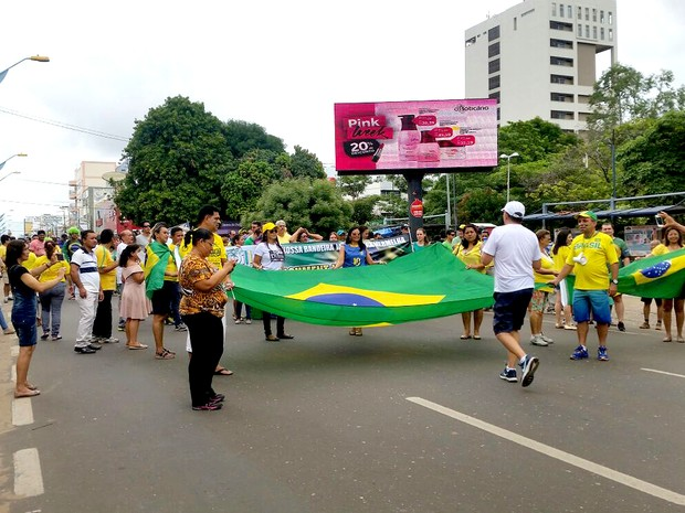 Manifestação contra o governo Dilma na praça Brasil, Centro de Imperatriz (MA), às 11h30 (Foto: Mônica Brandão/TV Mirante)