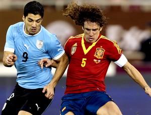 Carles Puyol e Luis Suarez  no jogo entre Espanha e Uruguai (Foto: AFP)