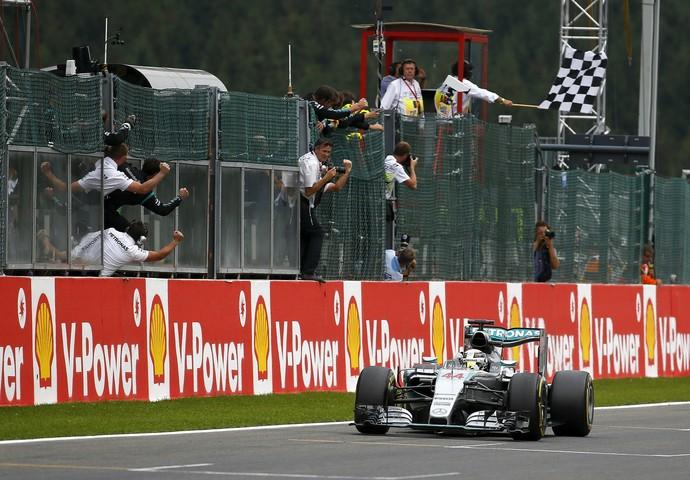 Lewis Hamilton recebe a bandeira quadriculada para a vitória no GP da Bélgica (Foto: Reuters)