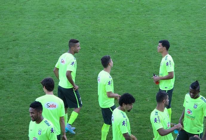 Jorge, Andreas e Danilo conversam durante treino da seleção olímpica (Foto: Felipe Schmidt)