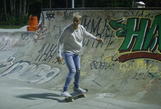 Justin Bieber anda de skate no Rio (Foto: Marcello Sa Barreto, Delson Silva e Gabriel Rangel/AgNews)