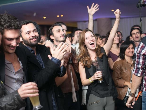 Nathalia Dill vibra ao lado de outros membros da equipe de 'MInutos Atrás' em festa (Foto: Marcos Samerson/Agência We Love Photo!/Divulgação)