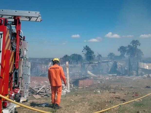 Bombeiro observa local atingido por incêndio na Vila dos Carroceiros, no Recanto das Emas (Foto: Corpo de Bombeiros/Divulgação)