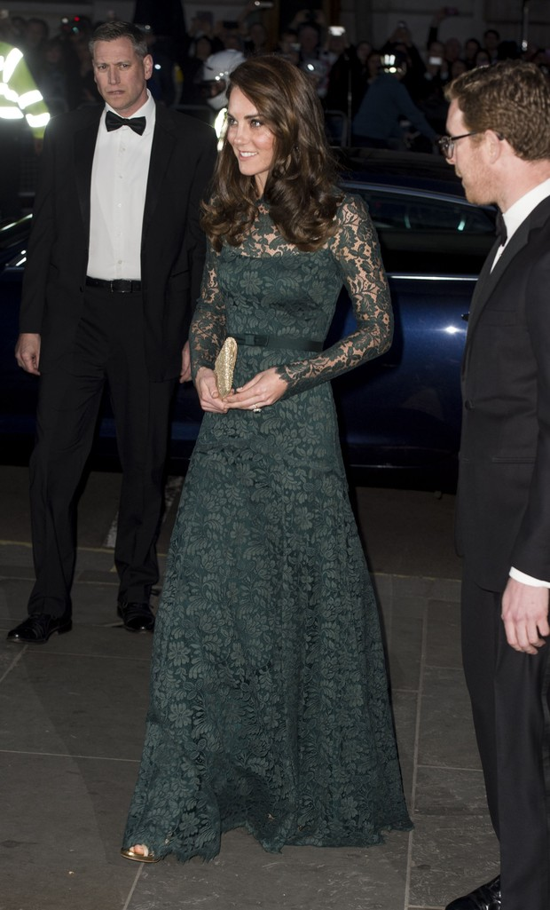 Kate Middleton usa vestido longo verde em baile de gala (Foto: Getty)