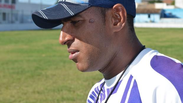 Pedrinho, técnico do Olímpico no treino (Foto: Thiago Barbosa/GLOBOESPORTE.COM)