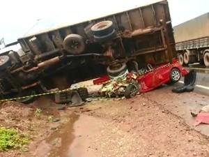 Caminhão tombou em cima de carro e cinco pessoas morreram, em MT (Foto: Dionísio Colla/ Cenário MT)