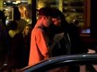 Justin Bieber e Selena Gomez são flagrados juntinhos após serenata