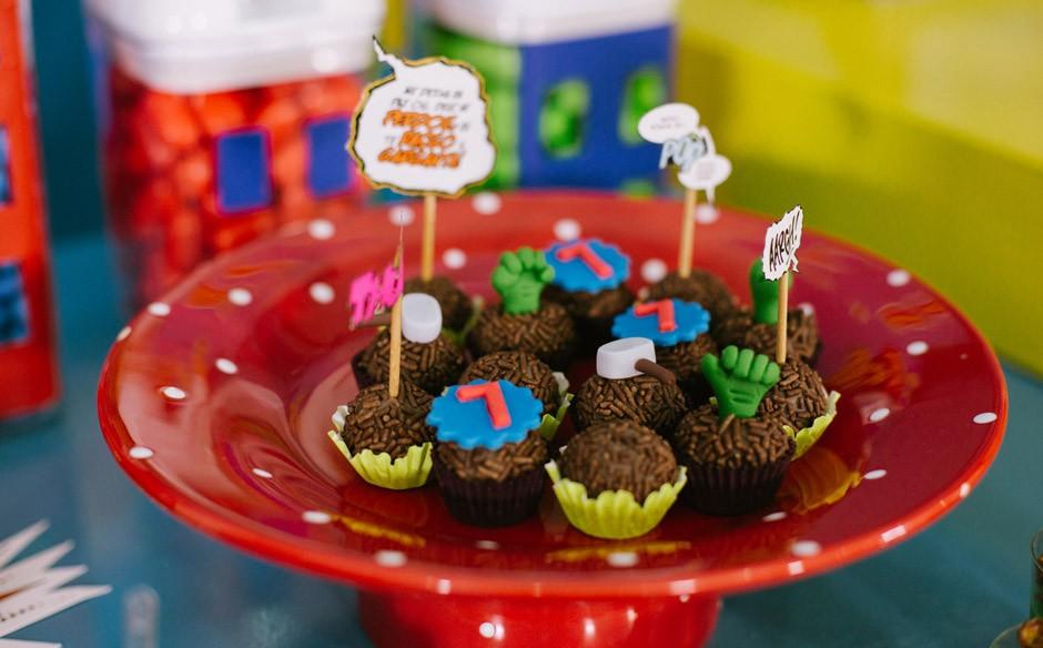 Festa infantil com tema de superheróis no Fazendo a Festa
