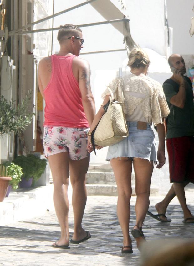 c638124bf EGO - Kate Moss economiza no tamanho da saia e mostra parte do ...