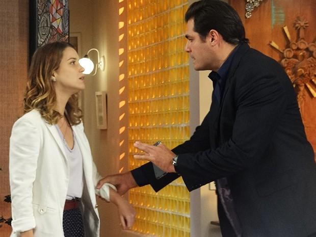Marcos tenta impedir, mas Laura vai atrás do noivo (Foto: Paula Paiva/Gshow)