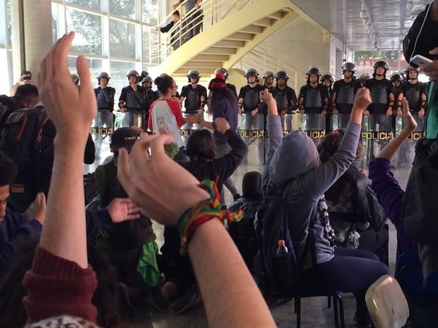 PM dentro do Centro Paula Souza  (Foto: Vivian Reis/G1)