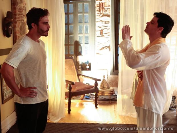 William vai a culto estranho dedicado ao Sol (Foto: Felipe Monteiro/TV Globo)