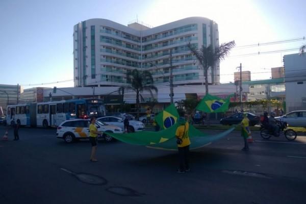 Manifestação na avenida Fernando Ferrari, em Vitória (Foto: Foto leitor - A Gazeta)