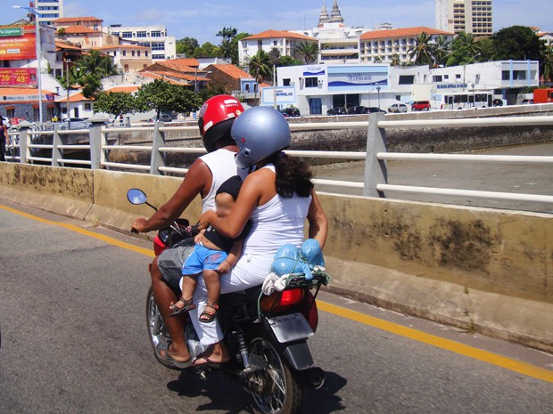 Bebê é transportado de forma perigosa em motocicleta (Foto: G1 MA)