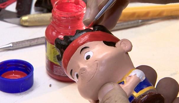 Bonecas, trenzinhos e carrinhos são produzidos em 'fábrica de sonhos' (Foto: Reprodução / EPTV)
