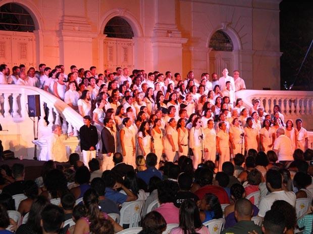 Cantata Natalina atraiu um grande público em frente à Igreja da Sé, em São Luís (Foto: Gilson Teixeira)