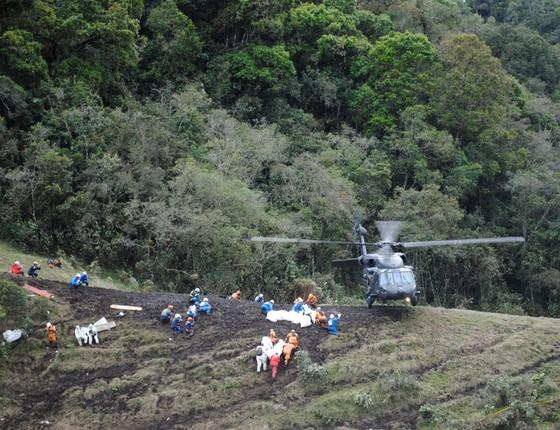 Operação de resgate das vítimas do voo que vitimou a Chapecoense (Foto: Mauricio Builes/ÉPOCA)