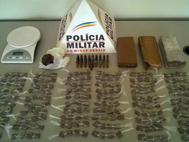 Maconha, munições e balança foram encontradas dentro de mala em Santa Rita do Sapucaí (Foto: Polícia Militar)