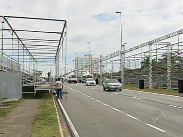 Estrutura está sendo instalada para o carnaval de Sorocaba (Foto: Reprodução/TV TEM)