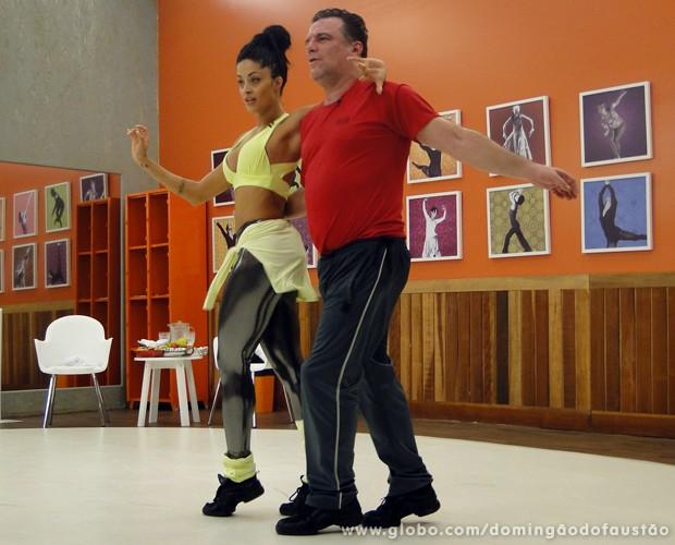 Adriano e Aline dançam olhando o espelho da sala (Foto: Domingão do Faustão / TV Globo)