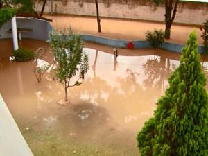 Chuva alaga condomínio em Vinhedo, SP (Foto: Reprodução/ EPTV)