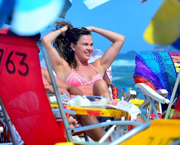 Leticia Birkheuer na praia (Foto: AgNews / AgNews)