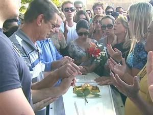Amigos e familiares oraram diante do caixão de Gessyca, antes do enterro em Franca (Foto: Márcio Meireles/EPTV)