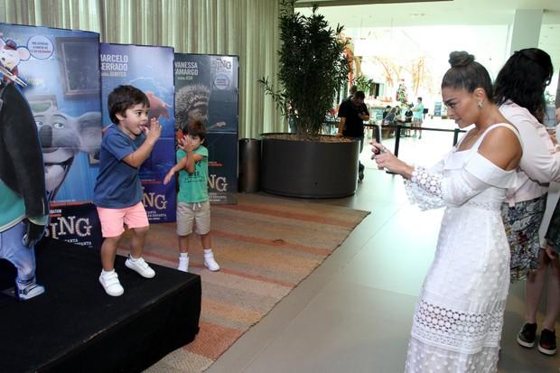 Juliana Paes com os filhos (Foto: Thyago Andrade/Brazil News)